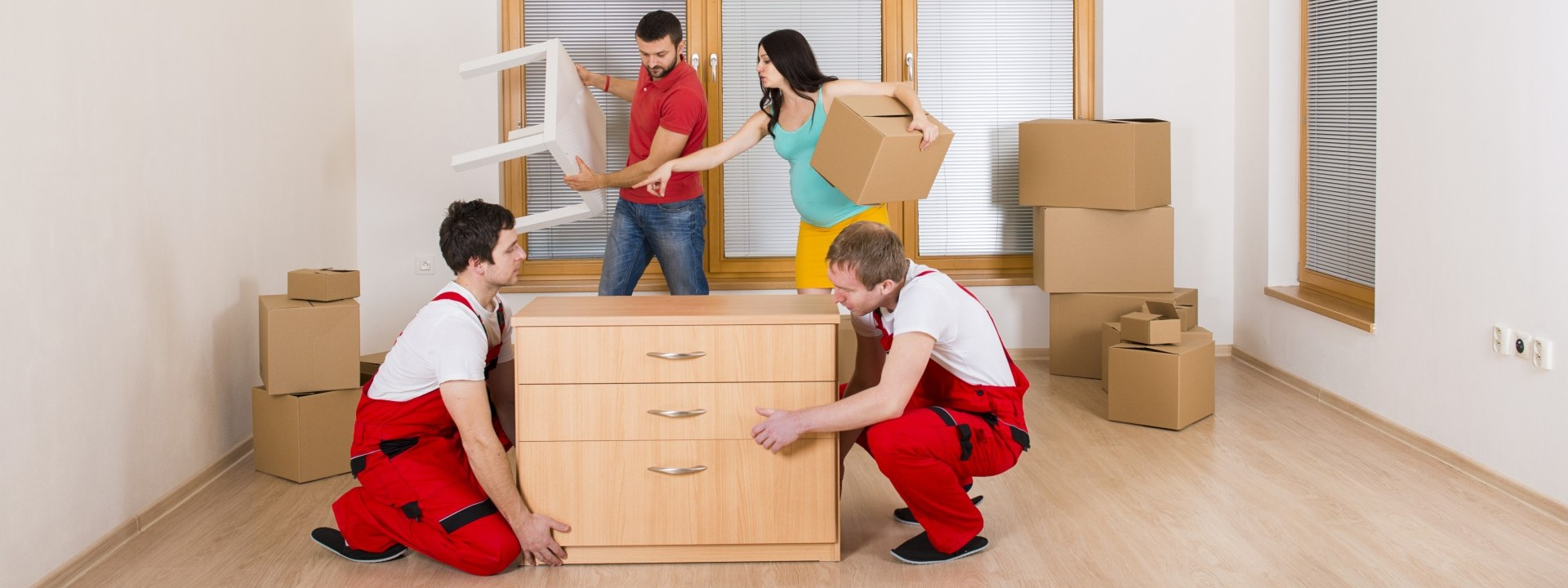 On peut voir 4 personnes entrain de déménager une maison